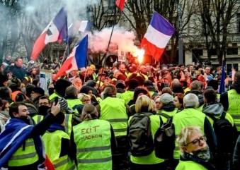 """Gorąco we Francji! Po raz kolejny """"żółte kamizelki"""" manifestują we francuskich miastach"""