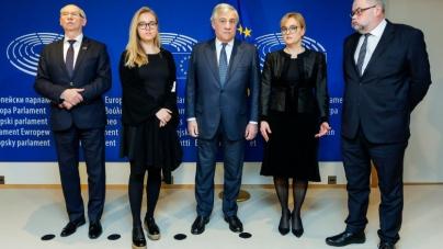 Adamowicz odbiera mandat Wałęsie. Ostra walka o wejście do PE
