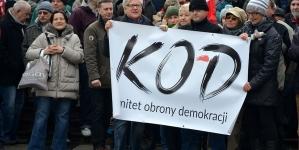 Blokada na trasie Marszu Niepodległości – Policja usunęła transparenty i zatrzymała prowokatorów