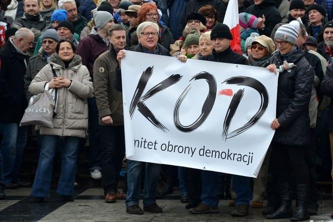 """KODowcy wskazani przez """"Wiadomości"""" tracą pracę"""