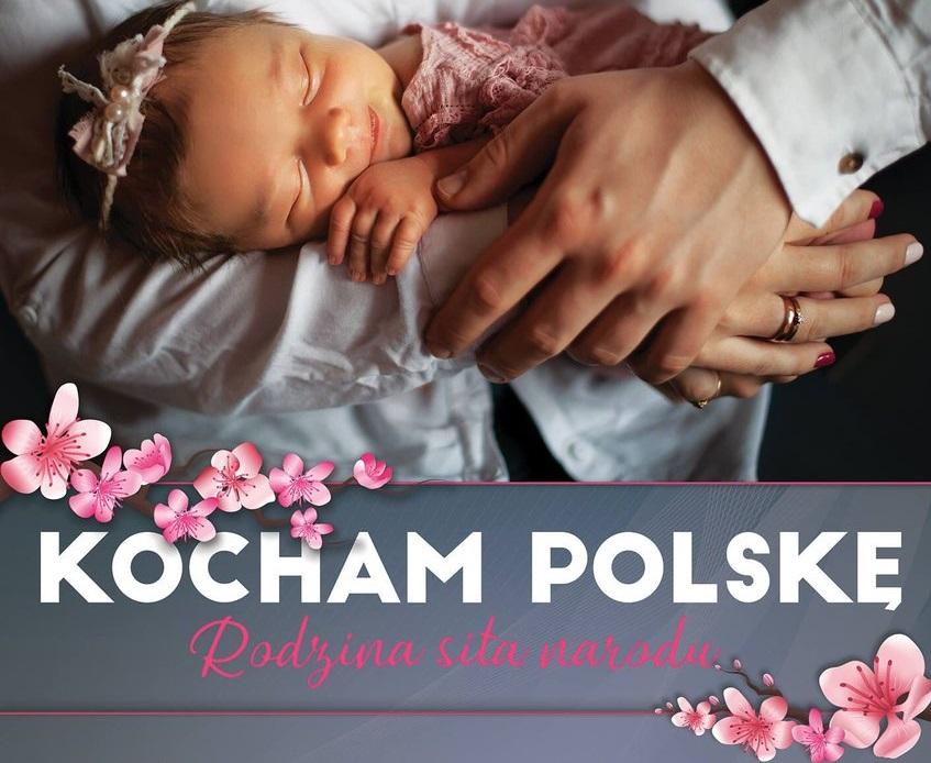 """""""Powinniśmy bronić polskiej rodziny"""" – Niezwykły plakat Kampanii Kocham Polskę"""