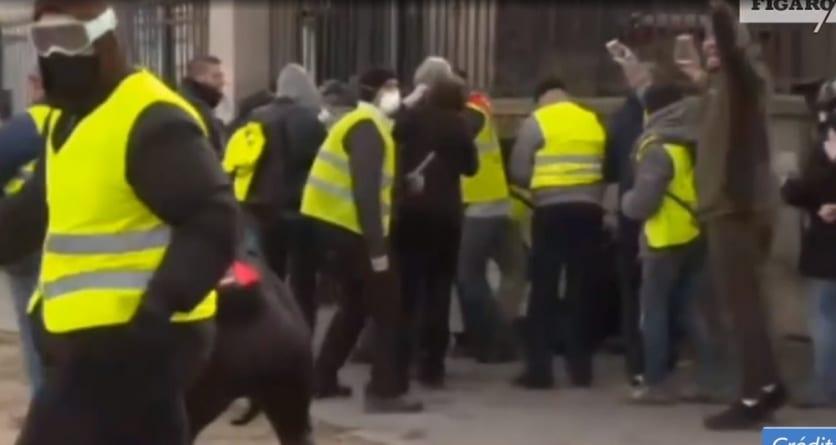 """Francja: Policjant rzucił granatem w manifestantów """"Wyrwana ręka"""""""