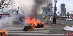 [NA ŻYWO] Płonące opony i świńskie łby w centrum stolicy – rolnicy protestują
