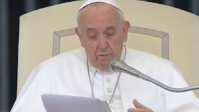 Nagranie z papieżem Franciszkiem obiegło świat. Zawył z bólu i… uderzył kobietę [WIDEO]
