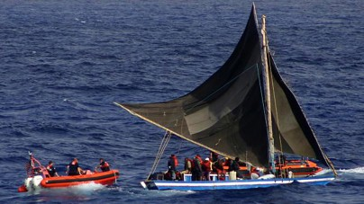 Statek z migrantami czeka na zgodę, by wpłynąć do Włoch. Władze: to prowokacja