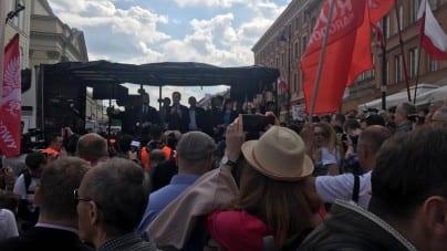 """Ulicami Warszawy przeszedł wielki Marsz Suwerenności: """"Stop dyktatowi Berlina i Brukseli"""" [WIDEO]"""