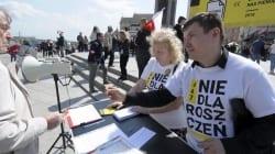 """Działacze Rot zaatakowani podczas zbiórki podpisów pod ustawą #STOP447. Powodem """"antysemicka ustawa"""""""