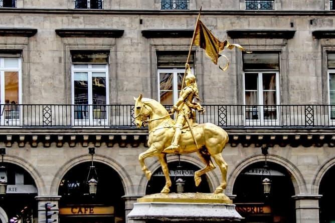 Paryż: Statua św. Joanny d'Arc na placu Piramid padła ofiarą wandalizmu