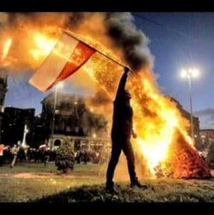 Młodzież Wszechpolska czyści Szczecin z LGBT i zmywa tęczową flagę. W ruch poszły miotły i szmaty