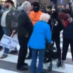 Antifa zaatakowała starszą kobietę. Otoczyli ją i nie pozwolili przejść przez jezdnię