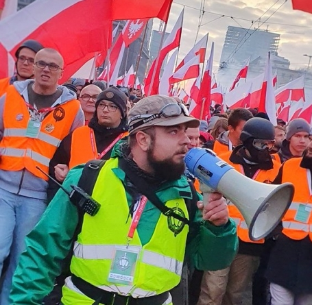 Poseł Michał Urbaniak plutonowym Straży Marszu Niepodległości. Internauci zachwyceni