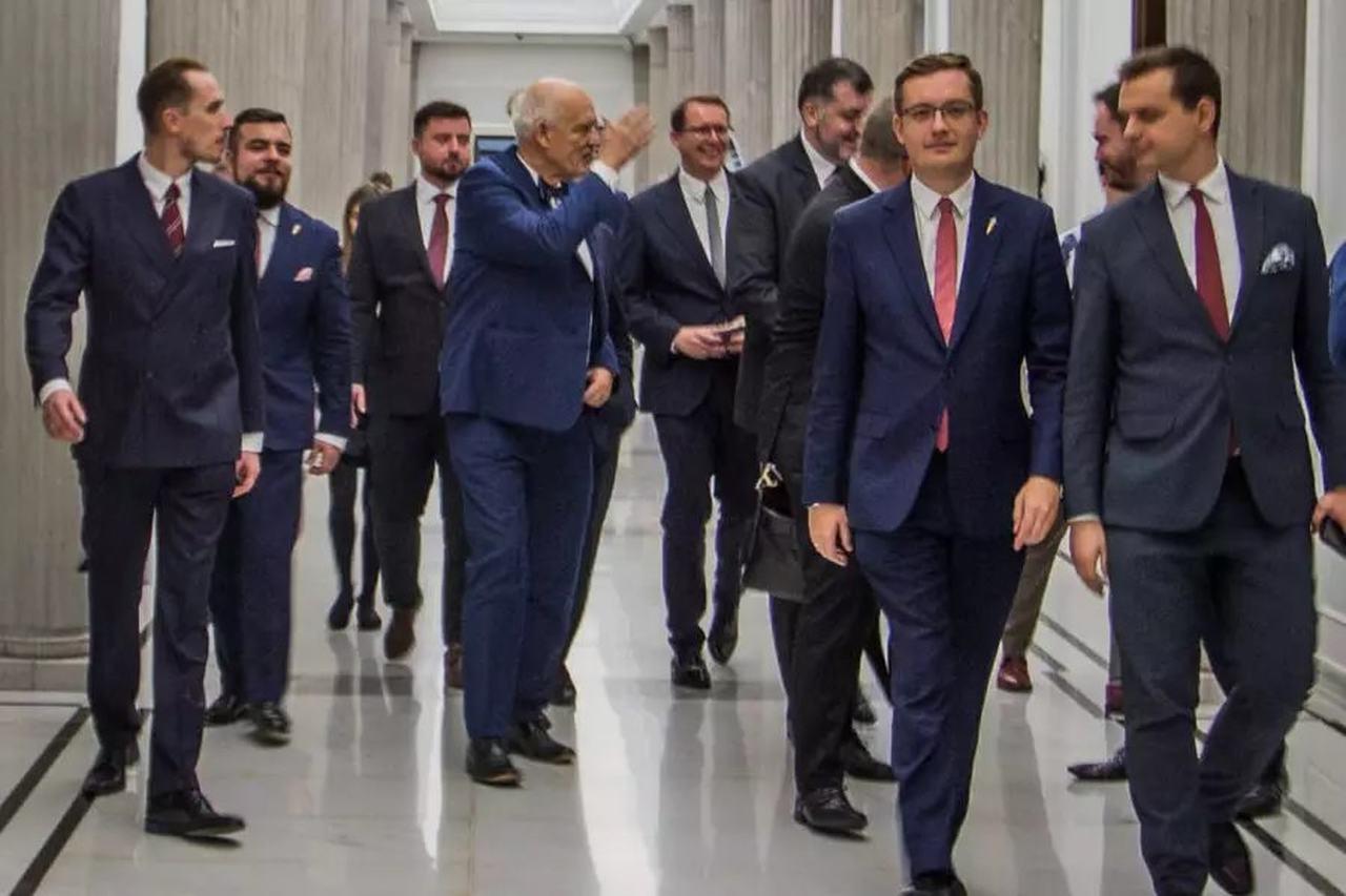 Politycy Konfederacji na korytarzu Sejmowym