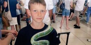 10-latek nie został wpuszczony do samolotu. Ochronie nie spodobał się wąż na koszulce
