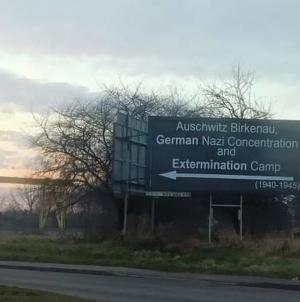 """Niesamowity billboard reklamowy w pobliżu Auschwitz: """"Powinien być cały czas!"""""""