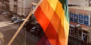 Sylwia Spurek nie potrafi nawet wywiesić flagi. Flaga LGBT odwrotnie