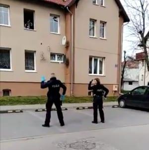 """HIT! Policjanci tańczą dzieciom na kwarantannie: """"Jesteśmy dla Was"""" [WIDEO]"""