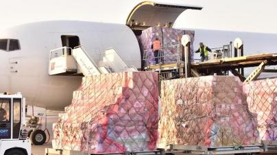 Dotarł samolot z Chin – Polskie służby medyczne otrzymają środki bezpieczeństwa