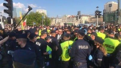 Policja chciała spacyfikować protest przedsiębiorców. Wtedy w środek wszedł Grzegorz Braun [WIDEO]