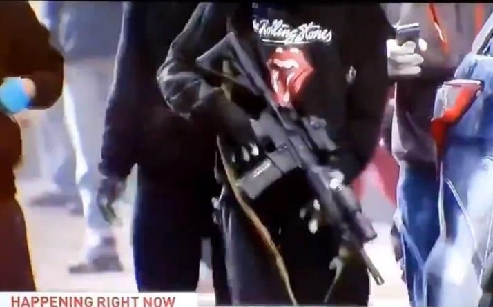 Protesty w USA: M16 dostało się w ręce Antify. Nagle podbiega mężczyzna… [WIDEO]