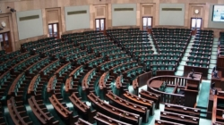 Sejm uchwalił ustawę o pomocy publicznej dla dużych firm. Mniejsze pensje dla prezesów i zarządu