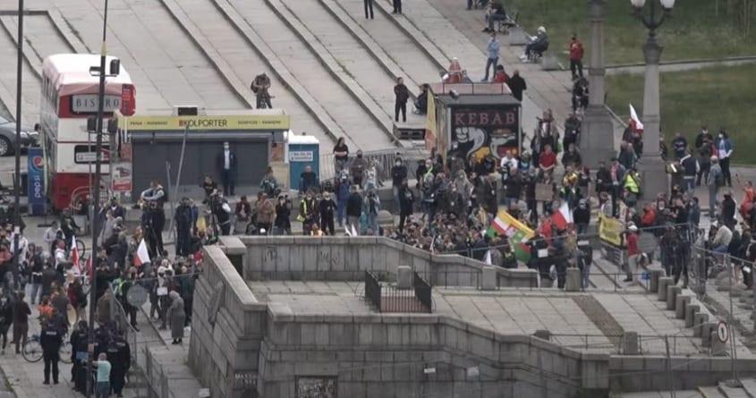 """Grupa ludzi strajkuje pod Pałacem Kultury. """"Więcej kamer niż protestujących"""" [WIDEO]"""