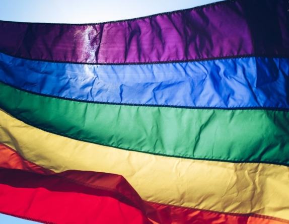 Niemiecka firma będzie wspierać LGBT w Polsce. Naprawi ich zniszczone ubrania