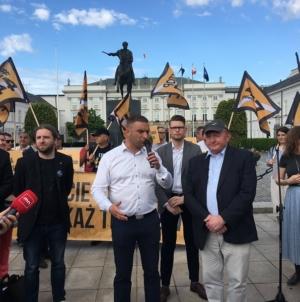 Pikieta pod Pałacem Prezydenckim. Roty Niepodległości apelowały o sprzeciw Dudy wobec 447 w USA