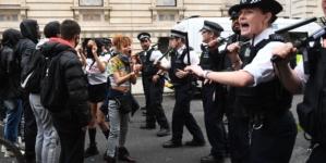 Wielka Brytania: 140 policjantów rannych od czasu rozpoczęcia zamieszek!