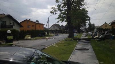 Trąba powietrzna na Śląsku. Strażacy naprawiają wyrządzone szkody