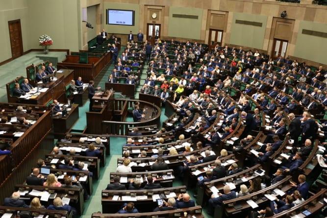 Sejm przyjął uchwałę wspierająca negocjacje rządu w Brukseli. Gorąca debata przed głosowaniem