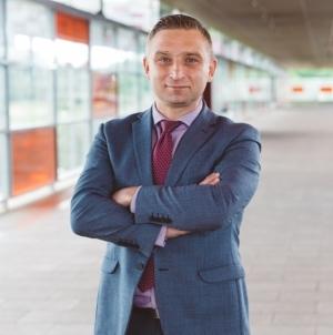 Robert Bąkiewicz pozwał Oko.press. Dziennikarka zdziwiona