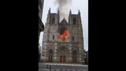 Francja: Zatrzymany w sprawie pożaru katedry w Nantes uchodźca nadal w areszcie