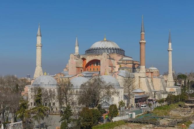 """Decyzja Erdogana. Hagia Sophia znów będzie meczetem: """"Symbol zerwania z kemalizmem"""""""