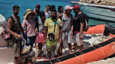 Imigranci nową metodą zaskoczyli strażników. Przypłynęli na łodzi jak turyści