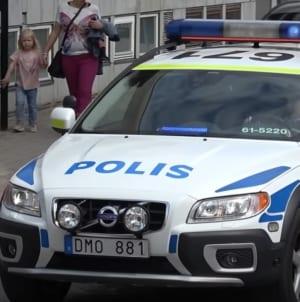 """Szwecja: Imigrant wjechał w tłum taksówką. """"Jesteście rasistami, nie okazujecie szacunku czarnym"""""""