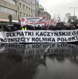 WIELKI PROTEST ROLNIKÓW! Warszawa zablokowana, tłumy na ulicach, olbrzymi sprzeciw wobec ustawy PiS [NA ŻYWO!]