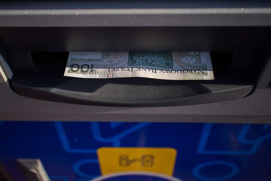 Bankomat wypłacający pieniądze.