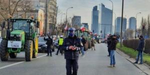 Rolnicy w traktorach protestowali w Warszawie. Policja wezwała holowniki