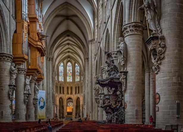 Korona-absurdy: Maksymalnie 15 osób w jednym z największych kościołów świata. Katolicy protestują