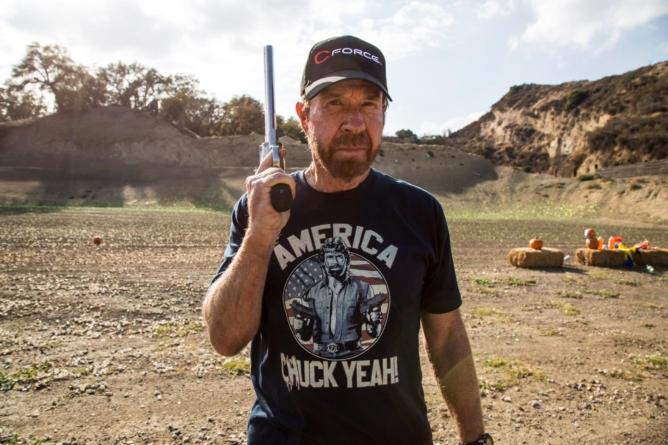 Chuck Norris ostro: Co z Wami, ludzie? Cenicie wyżej rurki do picia niż życie?