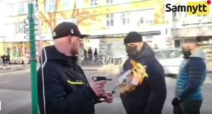 """[WIDEO] Spalili Koran we """"wrażliwej dzielnicy"""". Zostali pobici na ulicy"""