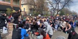 """Aktywiści BLM odwołali manifestację. Okazało się, że """"ofiara"""" była biała"""