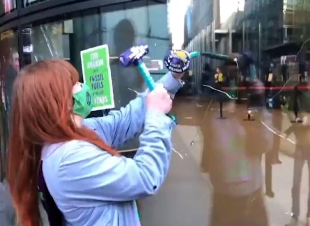 Atak skrajnej lewicy: Wybite okna i śpiewy na ulicy [WIDEO]