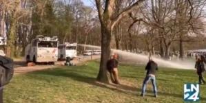Bruksela: Gazem i armatkami w protestujących! Młodzież urządziła w parku imprezę [WIDEO]