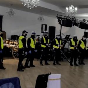 Policja wkroczyła na wesele. Organizatorzy oskarżeni o sianie zagrożenia