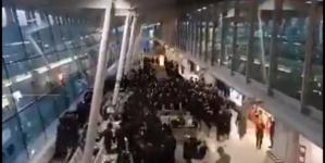 Tłum Żydów tańczył na warszawskim lotnisku. Policja nie interweniowała [WIDEO]