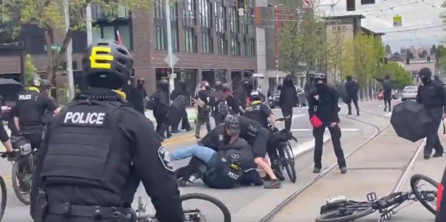"""Antifa napadła na dziecko! """"Rzucano kamieniami, butelkami, jajkami"""" [WIDEO]"""