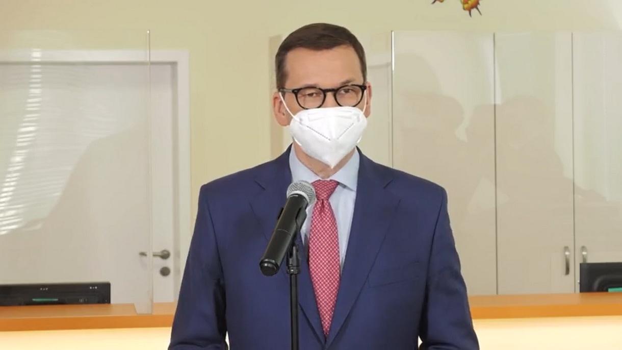 Premier Mateusz Morawiecki podczas konferencji prasowej.