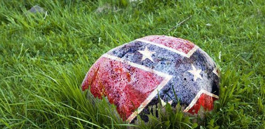Skała z flagą Konfederacji leży na trawie.