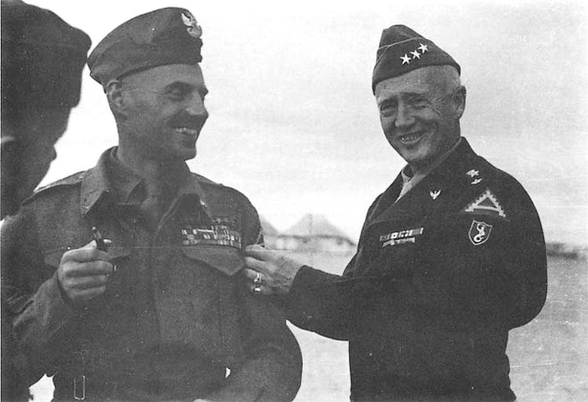 Generałowie W. Anders i G.S. Patton podczas spotkania w Egipcie, 1944 rok.
